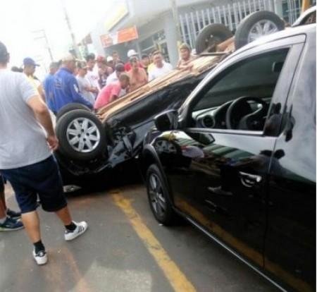 Veículo capota no centro de Rinópolis neste domingo