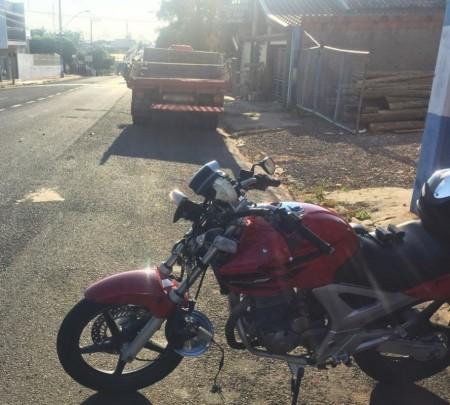 Motociclista tem visão ofuscada pelo sol e bate na traseira de caminhão