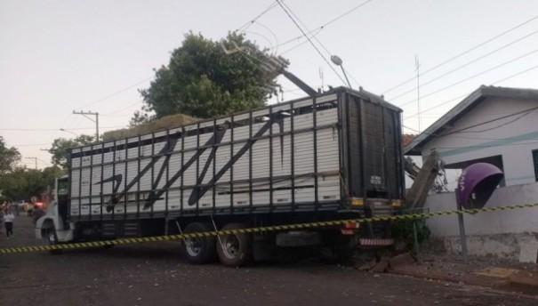 Caminhão derruba poste e deixa região de Adamantina sem energia