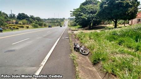 Motociclista fica gravemente ferida em acidente na SP-294