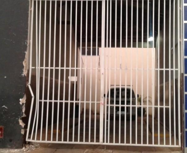 Motorista da prefeitura de Osvaldo Cruz bate caminhão em portão de residência