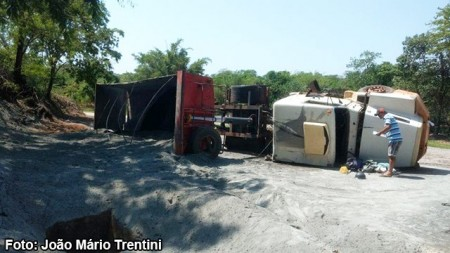 Carreta com carga de calcário tomba na vicinal Tupã - Quatá