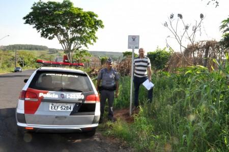 Polícia Militar e lideranças do Bairro Vale Verde fazem a fixação das Placas do Programa Vizinhança Solidária