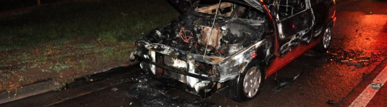 Carro pega fogo no trevo de Osvaldo Cruz