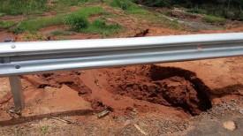 Erosão à margem da SP-294 próxima ao trecho de rompimento da pista será reparada informa o DER