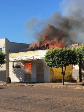 Bombeiros trabalham muito para conter fogo em estabelecimento comercial de Dracena