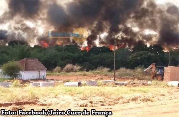 Incêndio provoca densa fumaça sobre a cidade de Iacri