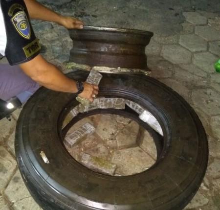 Motorista é preso com mais de 100 tabletes de maconha dentro de pneus