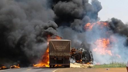 Colisão frontal entre caminhões mata motorista na SP-457, entre Bastos e Rancharia