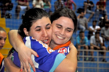 Futsal feminino estreia no jogos com homenagem a Verê