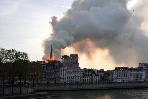França pede doações e avalia danos na Notre-Dame