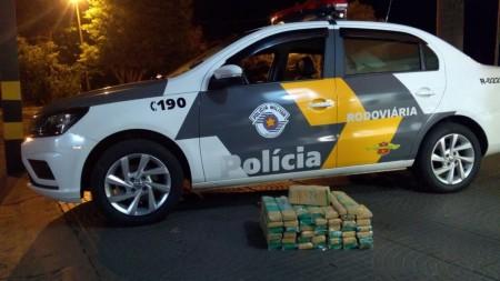 Homem esconde mais de 32 kg de maconha em para-choque e em banco traseiro de carro, e é preso