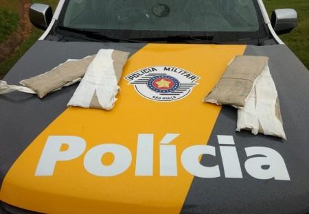 Fiscalização prende casal de bolivianos que viajavam com cintas de cocaína presas ao corpo