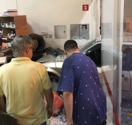 Motorista bêbado invade loja com carro na J.E. Ari Fernandes, em Tupã
