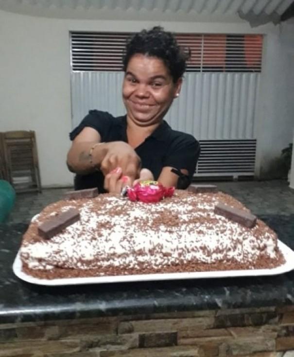 Moradora de rua ganha festa de aniversário em Osvaldo Cruz