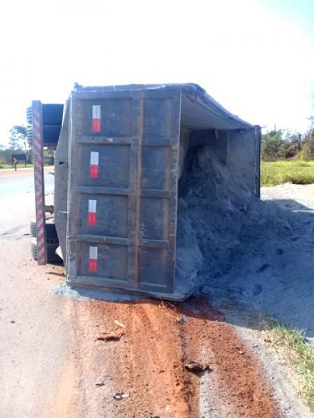 Caminhão carregado de calcário tomba em rodovia de Palmital