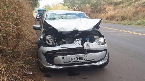 Colisão traseira entre carro e caminhonete deixa vítima leve na SP-425