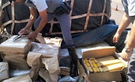 Fiscalização apreende quase 400 quilos de maconha em abordagem a carreta em Rosana