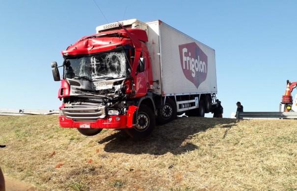Acidente entre caminhões é registrado na Rodovia Raposo Tavares