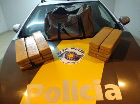 Adolescente transporta bolsa com quase 20 kg de maconha dentro e acaba apreendido pela polícia