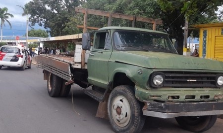 Caminhão carregando veículos sucateados perde o freio e causa acidente com idoso ferido