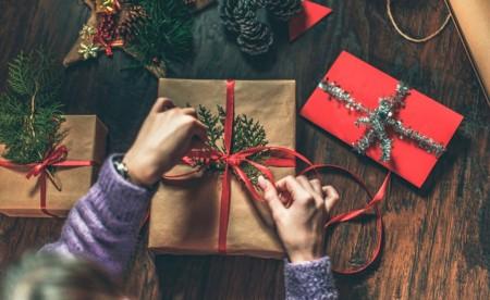 Seis em cada dez brasileiros pretendem comprar presentes para si mesmos no Natal, aponta pesquisa CNDL/SPC Brasil