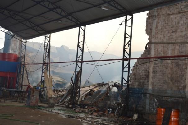 Incêndio atinge parte de empresa de móveis em Osvaldo Cruz