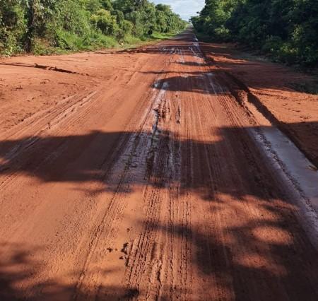 Chuvas provocam acúmulo de lama em trecho da Rodovia Brigadeiro Eduardo Gomes, em Rancharia