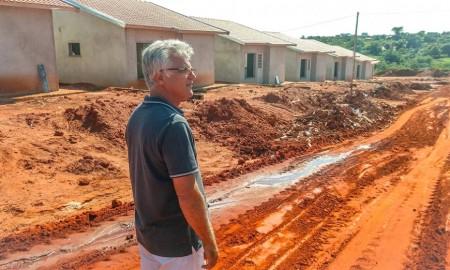 Prefeito Ailson acompanha obras de construção de 104 casas populares em Salmourão