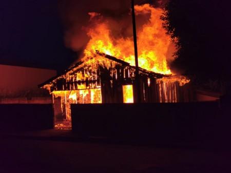 Casa de madeira fica totalmente destruída pelo fogo em Parapuã