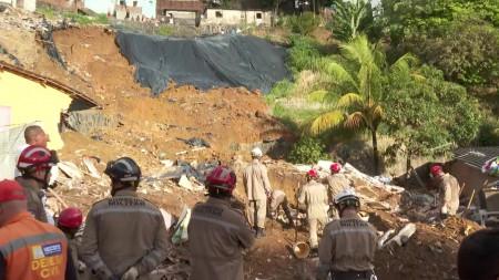 Deslizamento de barreira atinge duas casas e deixa mortos e feridos no Recife