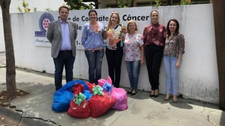 Rede de Combate ao Câncer de Adamantina recebe toucas infantis, turbantes e tiaras feitos por reeducandas