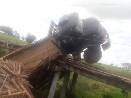 Ponte de madeira cede e caminhão com carga de eucalipto despenca em córrego em Mirante do Paranapanema