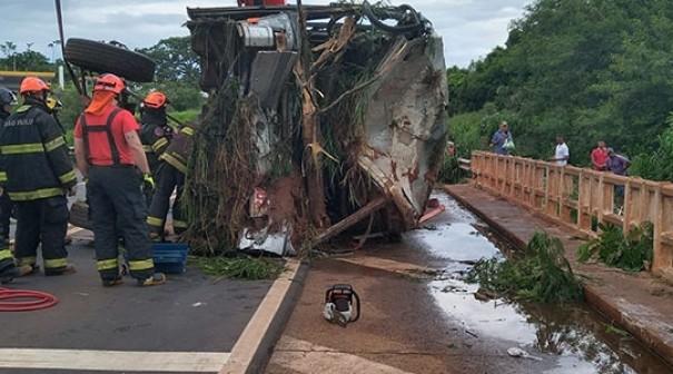 Colisão entre ônibus e moto deixa 5 mortos
