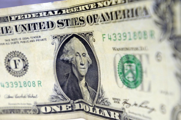 Bolsa cai 0,98%, e dólar tem alta de 0,77%
