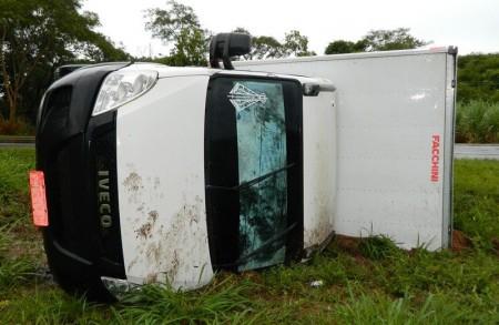 Caminhão tomba na SP-294 próximo ao trevo de Atlântida em Flórida Paulista