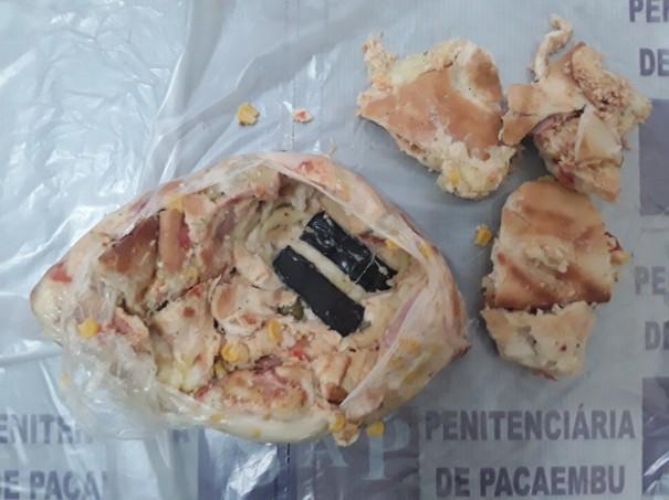 Mãe leva celulares entre fatias de pizza ao filho preso em Pacaembu
