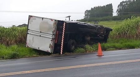 Caminhão baú tomba na SP-294