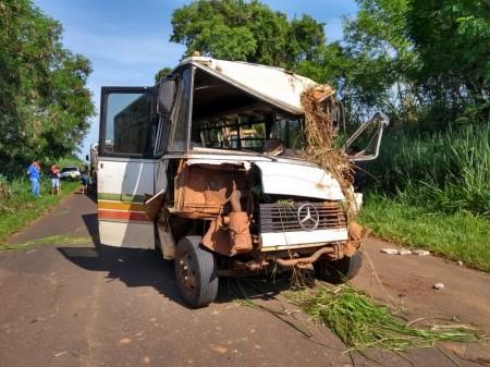 Acidente entre ônibus de trabalhadores rurais e trator na vicinal Iacri-Rinópolis deixa 18 feridos