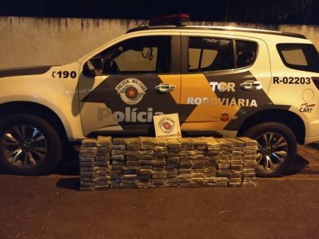 Polícia Rodoviária apreende 140 kg de cocaína em fundo falso de caminhão de soja, em Rosana