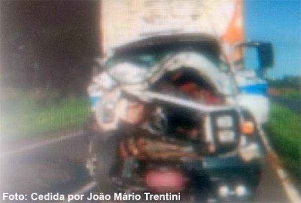 Caminhões se envolvem em colisão traseira na SP-294, em Iacri