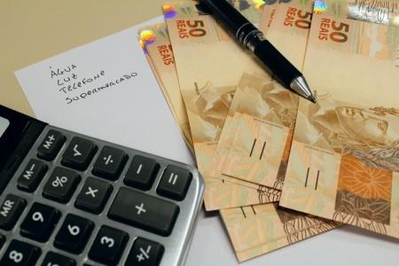 Busca por empréstimo para quitar contas de início de ano cresce no Brasil