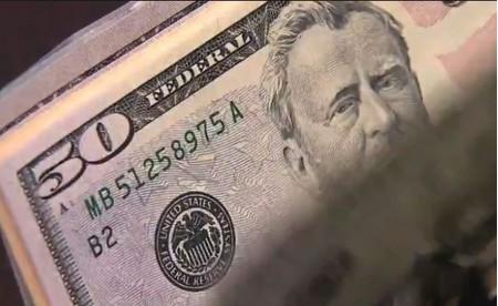 Dólar recua e chega a operar abaixo de R$ 3,70