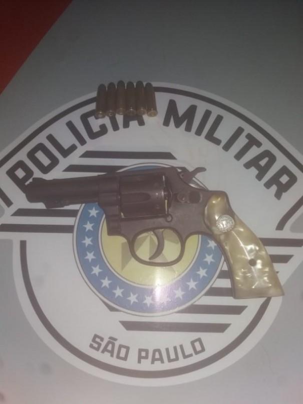 Homem é preso por porte e posse de arma de fogo, violência doméstica e ameaça em OC