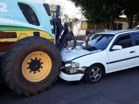 Gol tem a frente destruída em acidente com a moto niveladora da Prefeitura de Flora Rica