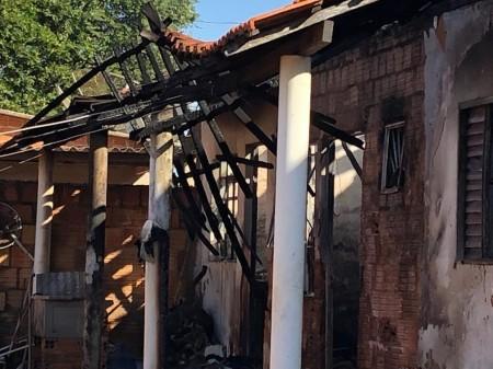 Incêndio em residência deixa mãe e filho gravemente feridos em Tarabai