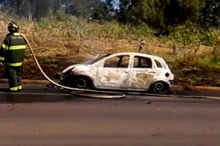 Carro ocupado por casal é destruído por incêndio na SP-294