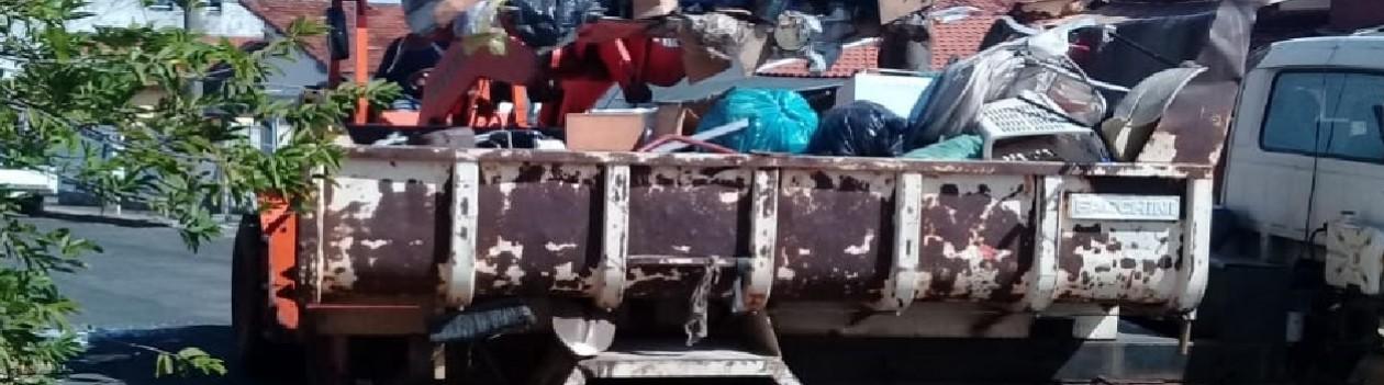 Após ordem judicial, Prefeitura e Vigilância Sanitária retiram 30 toneladas de lixo de casa na Avenida Max Wirth