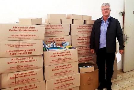 Prefeitura de Salmourão entrega 280 kits escolares para alunos do ensino fundamental