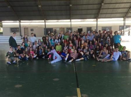 Alunos do ensino médio da Etec Amim Jundi arrecadam mais de 600 peças de roupas em trote solidário